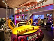 Partyraum: Eventlocation mit Motorsport-Design